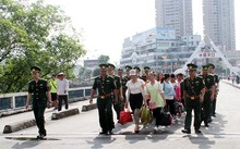 11 thiếu nữ được Công an Trung Quốc trao trả về nước. Ảnh: Thanh Tuấn