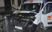 Chiếc xe van được sử dụng trong vụ tấn công trên cầu London. Ảnh: Telegraph