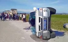 Xe cảnh sát lật nghiêng, vỡ kính sau cuộc truy đuổi 30 km. Ảnh: Đức Hùng