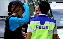 Đoàn Thị Hương được cảnh sát hộ tống đến tòa Sepang hôm 30/5. Ảnh: AFP.
