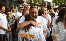 Gia đình của những người mất tích đau đớn khi chờ đợi tin tức. Ảnh: NYT