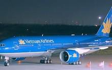 Máy bay tại Nội Bài và Tân Sơn Nhất hay bị chiếu đèn công suất lớn. Ảnh: Xuân Hoa
