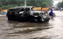 Xe đặc chủng của quân đội giúp người dân vượt qua chỗ ngập.