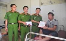 Đoàn công tác Tổng cục Cảnh sát thăm hỏi đại úy Học.