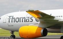 Máy bay hạ cánh trong tình trạng cánh trái bị mất một phần. Ảnh: Eamonn và James Clarke.