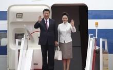 Chủ tịch Trung Quốc Tập Cận Bình và phu nhân Bành Lệ Viện tới Hong Kong. Ảnh: Xinhua.