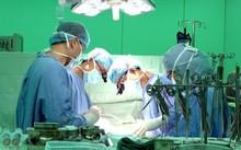 Các bác sĩ phẫu thuật cho một bệnh nhân bị hẹp động mạch vành tim. Ảnh: TT.