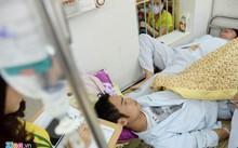 Bệnh nhân sốt xuất huyết đang điều trị tại khoa Truyền nhiễm - Bệnh viện Bạch Mai. Ảnh: Quỳnh Trang.