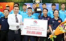 Lãnh đạo VFF trao thưởng cho đội tuyển bóng đá U15 quốc gia Việt Nam. (Ảnh: Quốc Khánh/TTXVN)