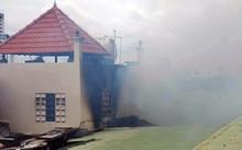 Khói bao trùm căn nhà, nhiều mảng tường cháy đen. Ảnh: Sơn Hòa.