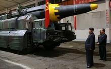 Nhà lãnh đạo Triều Tiên Kim Jong-un đứng cạnh một tổ hợp tên lửa đạn đạo.
