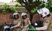 Hai nữ cảnh sát đang đi tuần bằng xe máy trên đường phố Jaipur