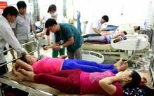Các bệnh nhân bị ngộ độc được truyền dịch. Ảnh: N.A.