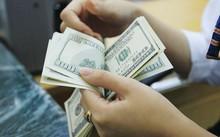 Đang nhiều quan điểm trái chiều quanh việc nâng lãi suất tiền gửi USD lên trên mức 0%? Ảnh: Hồng Vĩnh.