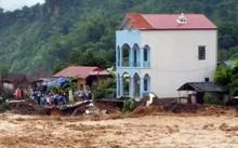 Hàng chục căn nhà của người dân cũng bị lũ cuốn hoặc xói mòn. Ảnh: Báo Sơn La.