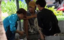 Người nghiện chích ma túy tại công viên ở TP HCM. Ảnh: Duy Trần.