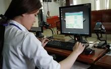 Cán bộ tuyển sinh một trường đại học ở TP HCM nhập dữ liệu nhập học đợt 1.