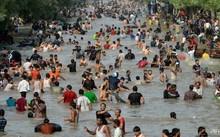 Người dân Pakistan đắm mình trong nước để giải nhiệt trong đợt nóng hồi tháng 6/2017 .