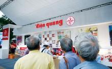 Khách hàng trước quầy bán sản phẩm bóng đèn điện quang. Ảnh: Ngọc Châu.