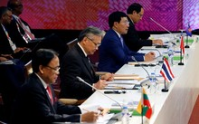 Phó thủ tướng, Bộ trưởng Ngoại giao Phạm Bình Minh (thứ ba từ trái sang) tại hội nghị bộ trưởng Ngoại giao các nước ASEAN lần thứ 50 tại Manila . Ảnh: Reuters.