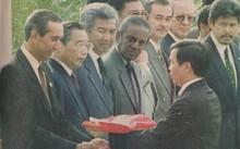 Ông Đỗ Ngọc Sơn trao cờ Việt Nam cho Tổng thư ký ASEAN trong lễ kết nạp năm 1995. Ảnh: NVCC.
