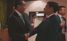 Ngoại trưởng Trung Quốc Vương Nghị bắt tay với Phó thủ tướng, Bộ trưởng Ngoại giao Phạm Bình Minh. Ảnh: TTXVN.