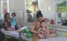 Trẻ điều trị bệnh tay chân miệng tại Bệnh viện Nhi đồng 1 ngày 9/8. Ảnh: Lê Phương.