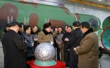 Nhà lãnh đạo Triều Tiên Kim Jong-un bên cạnh một thiết bị hạt nhân. Ảnh: Reuters.