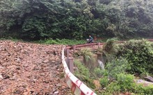 Mưa to gây sạt lở đường lên Khu du lịch Mẫu Sơn. (Ảnh: Doãn Hoàng Nam/TTXVN)