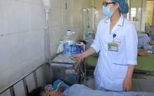 Điều dưỡng kiểm tra dây truyền dịch cho bệnh nhân sốt xuất huyết. Ảnh: N.P.