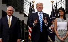 Tổng thống Mỹ Donald Trump (giữa) cùng Ngoại trưởng Rex Tillerson (trái) và bà Nikki Haley, đại sứ Mỹ tại Liên Hợp Quốc, hôm 11/8 phát biểu trước phóng viên sau cuộc họp tại khu nghỉ dưỡng golf của ông Trump tại thành phố Bedminster, bang New Jersey. Ảnh: