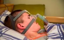 Liam phải sử dụng máy thở và hệ thống theo dõi dấu hiệu sự sống mỗi khi đi ngủ. Ảnh: M.R