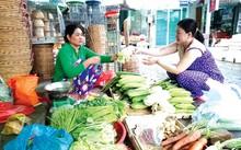 Bà Sơn Xà Pha đang bán rau cải ở chợ Hòa Bình (Hòa Bình, Bạc Liêu). Ảnh: Hòa Hội.