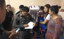 Cảnh sát có mặt tại căn hộ để điều tra vụ việc, Nareumon Jampasert (áo trắng) đang bế đứa bé. Ảnh: Viral Press.