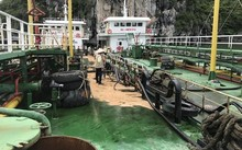 Tàu chở dầu của doanh nghiệp bị bục đường ống khi chuyển tải, khiến hơn 200 lít dầu tràn xuống vịnh Hạ Long. Ảnh: N.H