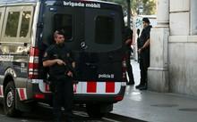 Lực lượng vũ trang Catalan đứng gác trên phố Las Ramblas, nơi xe tải mini đâm vào người đi bộ ở Barcelona. Ảnh: Reuters.