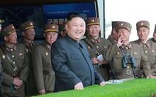 Nhà lãnh đạo Triều Tiên Kim Jong-un cùng các quan chức quân đội. Ảnh: Reuters/KCNA.