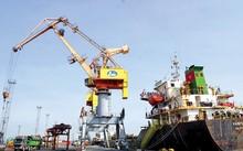 Có đến 70 loại phí liên quan đến vận tải khiến DN ngày càng khó khăn. Trong ảnh, vận chuyển hàng hoá tại cảng Hải Phòng. Ảnh: Sỹ Lực.