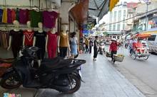 Bán trái cây rong tại nội thành Hà Nội bị nghiêm cấm và xử lý công khai. Ảnh: Lê Hiếu.