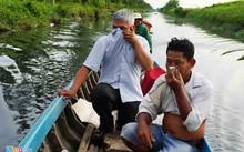 Những người vào kênh thẻ 25 phải bịt mũi vì không chịu nổi mùi hôi thối. Ảnh: Việt Tường.
