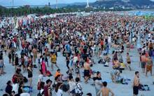 Bãi tắm Hạ Long ken đặc khách tắm biển. Ảnh: Vy An.