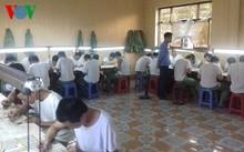 Giáo viên tỷ mỷ kiểm tra việc học viên thực hành làm mi mắt giả