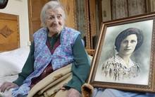 Cụ bà Emma Morano bên bức vẽ mình hồi còn trẻ