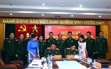 Đại tá Phùng Quang Hải và đại tá Trần Đăng Tú ký biên bản bàn giao chức vụ Chủ tịch HĐTV Tổng công ty 319.