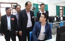 Ông Đinh Văn Thu (đứng đầu) thăm hỏi, động viên các thí sinh trước khi bước vào cuộc thi.