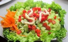 Dưa chuột chứa một loại enzyme catabolic, sẽ phá hủy hàm lượng vitamin C có trong các loại rau khác.