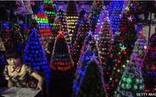 Những cây thông cùng đồ trang trí lấp lánh đầy màu sắc đã sẵn sàng đến tay người tiêu dùng trên toàn thế giới. Ảnh: Getty.