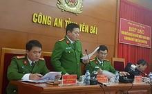Trung tá Phạm Anh Sơn (người đứng) công bố kết quả điều tra chính thức vụ nổ súng sát hại Bí thư, Chủ tịch HĐND tỉnh Yên Bái.