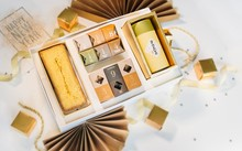 Hộp quà cao cấp gồm bánh phủ vàng và rượu chứa vảy vàng giá 4 triệu đồng/hộp.