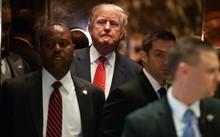 Ông Trump trong thang máy sau cuộc họp báo hôm 9/1 tại New York. Ảnh: AP.